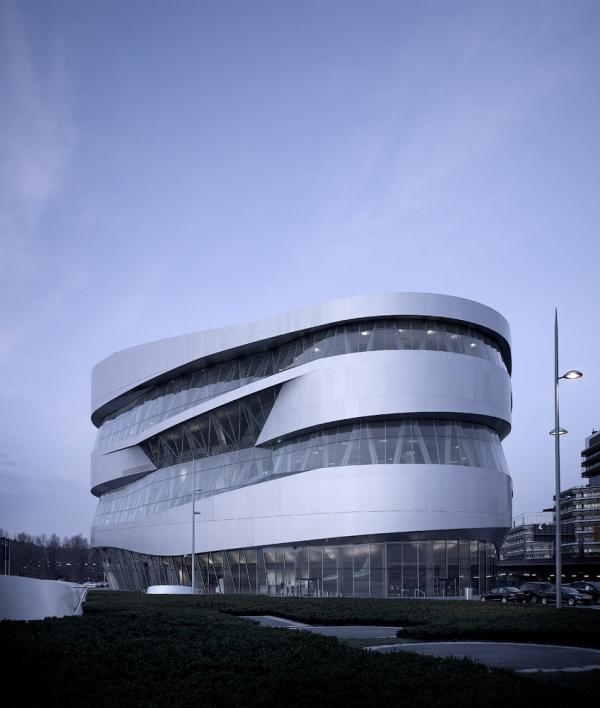Здание музея Mercedes Benz в Штутгарте от UN Studio