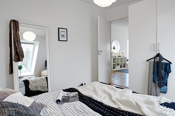 Интерьер компактной квартиры-студии с мансардой