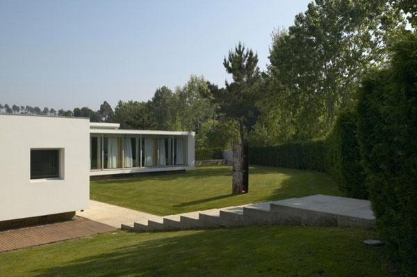 Очаровательный дом с бассейном в Португалии от deMM Arquitectura