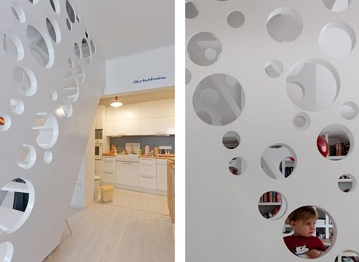 Квартира для творческой семьи с акцентной лестницей