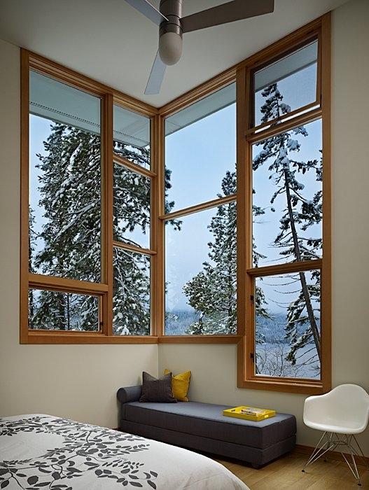 Уютный теплый дом в снежном лесу от DeForest Architects