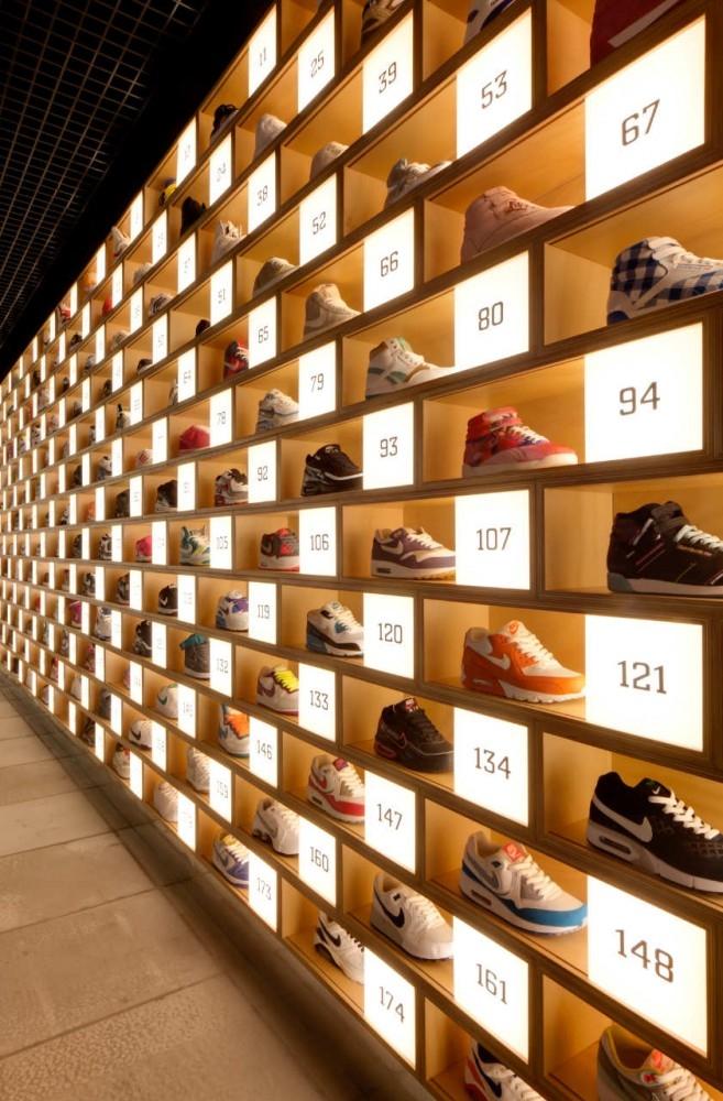 интерьер магазина кроссовок от Facet Studio