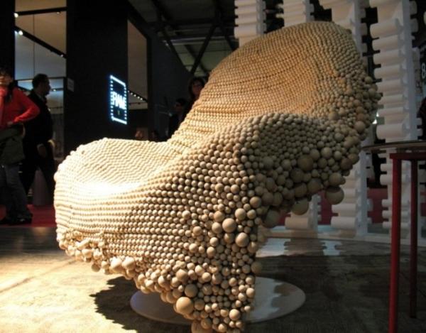 Мебельная марка Moroso, кресло «из бусинок», разработка студии Front. Кресло запущено в производство под названием Wood chair («деревянное кресло»). Чехол, собранный из сотен деревянных бусин разного размера, мягко массирует тело.