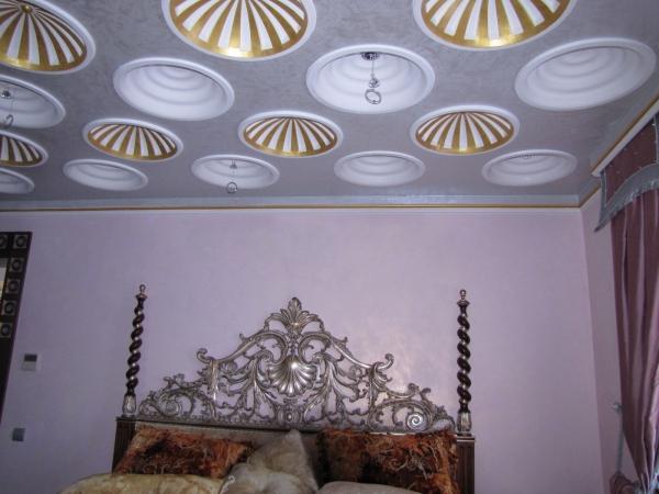 декорирование стен потолочным плинтусом с обоями