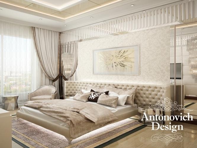 Изысканный, нарядный, праздничный ар деко в стильных интерьерах спален от Antonovich Design становится прекрасным отражением роскоши современной эпохи. Красота в дизайн проектах студии очень тесно переплетена с комфортом, праздничный облик является гармоничным продолжением  роскоши, а яркая индивидуальность интерьера соответствует солидному статусу владельцев дома. Каждая спальня становится идеальным местом для наслаждения отдыхом. Неизменными элементами декора интерьеров спальни в стиле ар деко являются зеркальные панно, которые дизайнеры украшают кружевами узоров, а также мягкие настенные панели с разнообразными утяжками и декоративными элементами. Интерьеры в стиле ар деко прекрасны тем, что здесь полет фантазии дизайнеров находит отражение в роскошном декоре, который присутствует буквально в каждом квадратном сантиметре. Потрясающие потолки с балдахинами, множеством элементов подсветки, лепниной и нарядными люстрами могут просто вскружить голову от восторга.  Роскошные кровати с высокими мягкими изголовьями и резным декором, покрытые шелковыми покрывалами, неизменно гармонируют с мягкими складками  шелка или бархата в убранстве окон. Дизайн спальни в стиле Ар деко от Антонович Дизайн – это восхитительный мир роскоши с уютными, праздничными и такими милыми интимными нотками